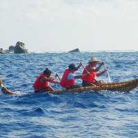 Researchers row a boat made of grass near the island of Yonaguni, Okinawa Prefecture, in 2014. | NATIONAL MUSEUM OF NATURE AND SCIENCE / KYODO