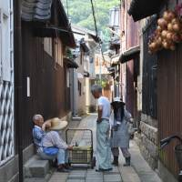 Time to talk: The shortage of doctors is a major worry among elderly Seto Inland Sea islanders. | AMY CHAVEZ