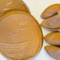 Fortune cookies made by Souhonke Inariya look much like their American counterparts. | BENJAMIN PARKS