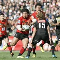 The Sunwolves' Shota Horie carries the ball against the Lions on Saturday. | KYODO
