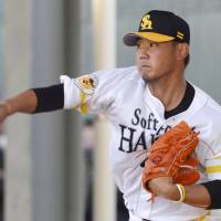 Daisuke Matsuzaka pitches in the bullpen during spring camp with the Hawks. | KYODO