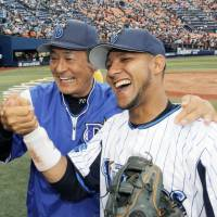 Infielder Yulieski Gourriel, seen with then-Yokohama BayStars manager Kiyoshi Nakahata during the 2014 season, has defected from the Cuban national team in a bid to play Major League Baseball. | KYODO