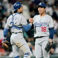 Former Dodgers pitcher Hideo Nomo, seen with catcher Mike Piazza in an Aug. 18, 1995, file photo, will assist the Padres' baseball operations staff in his new role as adviser. | KYODO