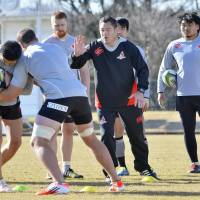 Sunwolves coach Mark Hammett (center) oversees a training session on Monday. | KYODO