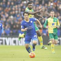 Late strikes lift Leicester, Chelsea