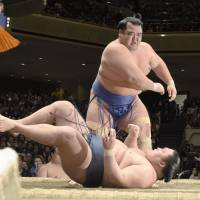 Kotoshogiku defeats Goeido to clinch the title on the final day of the New Year Grand Sumo Tournament on Jan. 24. | KYODO