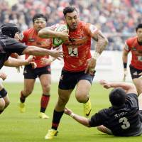 The Sunwolves' Tusi Pisi moves with the ball against a Top League XV squad in a charity match on Saturday at Toyota Stadium in Toyota, Aichi Prefecture. The Sunwolves, who are preparing for their inaugural Super Rugby season, earned a 52-24 victory. | KYODO