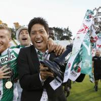 Junya Tanaka celebrates after Sporting Lisbon's win in the Portuguese Cup final in 2015. | KYODO