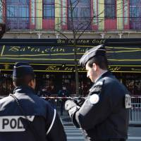 Police stand outside the Bataclan concert hall in Paris on Thursday as the French parliamentary commission of enquiry into possible security failings over two major terror attacks in Paris in 2015 visit the building. Security forces returned to the Bataclan, where jihadis killed 90 people in November, to re-trace their steps for lawmakers probing the police response. | AFP-JIJI