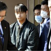 Kabu Terauchi (second from left) leaves a hospital in Ito, Shizuoka Prefecture, on Thursday after he was arrested on suspicion of abducting a teenage girl. | KYODO