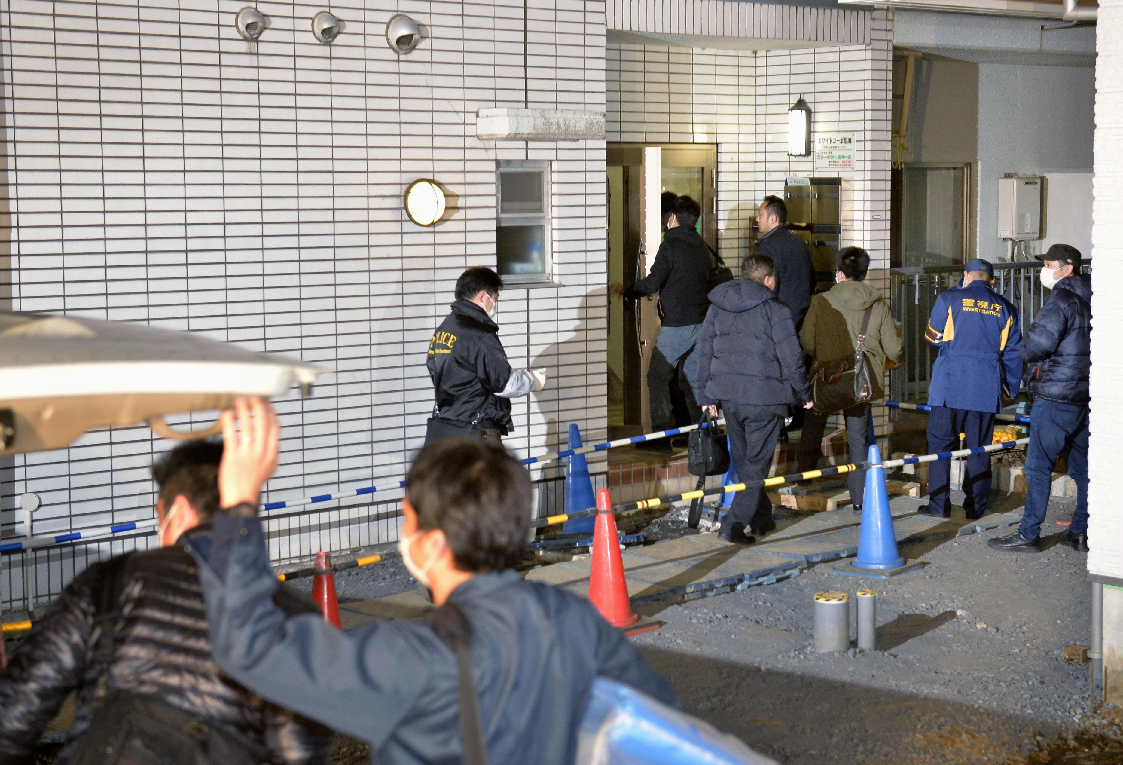Police investigators search the apartment of Kabu Terauchi in Nakano Ward, Tokyo, early Monday. He is suspected of kidnapping a 15-year-old girl two years ago and confining her until she managed to flee Sunday. | KYODO