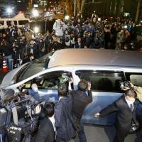 A car with ex-baseball star Kazuhiro Kiyohara inside leaves the Metropolitan Police Department Thursday after his release on ¥5 million bail. He was arrested last month over alleged drug possession and use. | KYODO