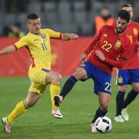 Romania's Gabriel Torje (left) vies for the ball with Spain's Isco during their 0-0 draw in Cluj, Romania, on Sunday. | AFP-JIJI