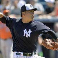 Yankees hurler Masahiro Tanaka pitches on Friday in Tampa, Florida. | KYODO