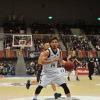 Ryukyu guard Ryuichi Kishimoto, seen in a file photo from December, had 18 points in the Golden Kings' 103-82 road victory over the Oita Ehime HeatDevils on Saturday. | YOSHIAKI MIURA