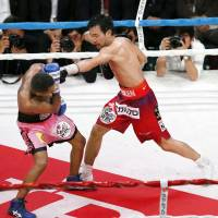 Shinshuke Yamanaka (right) improves to 27-0 with a unanimous decision over Venezuelan challenger Liborio Solis in their WBC world bantamweight title bout on Friday in Kyoto. | KYODO