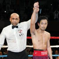 Despite getting knocked down twice on Friday, Shinsuke Yamanaka gutted out a victory over third-ranked Liborio Solis. | KYODO