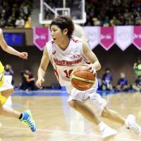 Fujitsu's young point guard Rui Machida, seen in this file photo from last year's WJBL Finals against the JX-Eneos Sunflowers, is one of the key players for the Red Wave. | KAZ NAGATSUKA