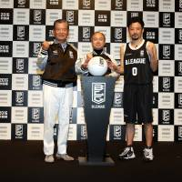 JBA president Saburo Kawabuchi (left), Softbank founder/CEO Masayoshi Son and Link Tochigi Brex guard Yuta Tabuse pose for photographers at a news conference in Tokyo on Thursday. | JPBL