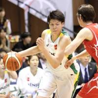 Sunflowers forward/center Ramu Tokashiki tries to penetrate past Fujitsu's Ai Mitani during Tuesday's Game 4 of the WJBL Finals in Tokyo. With a 75-66 victory, JX-Eneos won the league title for the eight year in a row. | KAZ NAGATSUKA