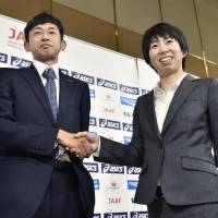Satoru Sasaki (left) and Mai Ito, both of whom have been announced as Japan marathon team members for the Rio de Janeiro Olympics, pose for a photo in Tokyo on Thursday. | KYODO