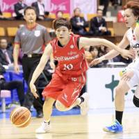 Fujitsu point guard Rui Machida dribbles past JX-Eneos' Asami Yoshida during Tuesday's Game 4 of the WJBL Finals. | KAZ NAGATSUKA