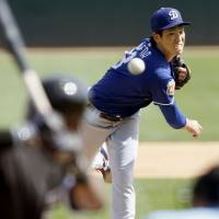 Dodgers pitcher Kenta Maeda delivers against the White Sox on Tuesday. | KYODO
