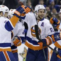 Islanders score late to edge Rangers