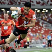 Akihito Yamada of the Sunwolves dives to score a try during against South Africa's Cheetahs on Saturday in Singapore. | AP