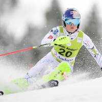 World Cup leader Vonn out for season with injury