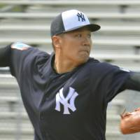 Yankees right-hander Masahiro Tanaka pitches during a simulated game on Wednesday in Tampa, Florida. | KYODO