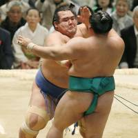 Kotoshogiku plows on with promotion push