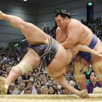 Kisenosato moves to 7-0