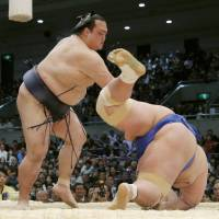 Kisenosato defeats Kotoshogiku on Monday in Osaka. | KYODO