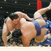 Yokozuna Hakuho remains on target for title