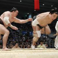 Hakuho wins title with frowned-upon move