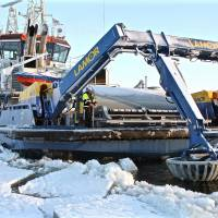 Finns carry out oil spill cleanup tests under extreme conditions