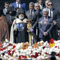 Clooney joins Armenians to mark 101st anniversary of massacre by Ottoman Turks