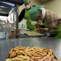 A facility in Shima, Mie Prefecture, employing disabled people produces dog cookies that contain local seaweed. | CHUNICHI SHIMBUN