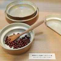 An earthenware koboshinikui utsuwa (dish that doesn't spill) is one of the items sold at aeru. The ledge on its upper side lets children easily scoop up food without spilling it. | YOSHIAKI MIURA