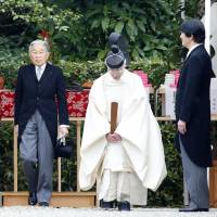 Imperial Couple visit tomb of Japan's first emperor in Nara Prefecture
