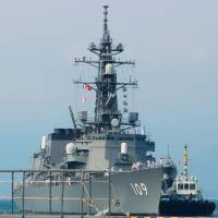 A tug guides the guided-missile destroyer Ariake in Vietnam's Cam Ranh Bay on Tuesday. | KYODO