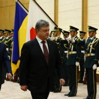 Abe meets with Ukraine president, vows to raise Crimea issue at G-7 summit