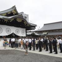 Abe reportedly won't visit Yasukuni Shrine during spring festival