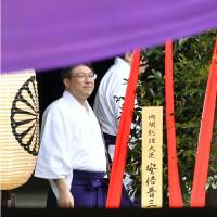 Abe skips Yasukuni ceremony, sends offering as private citizen