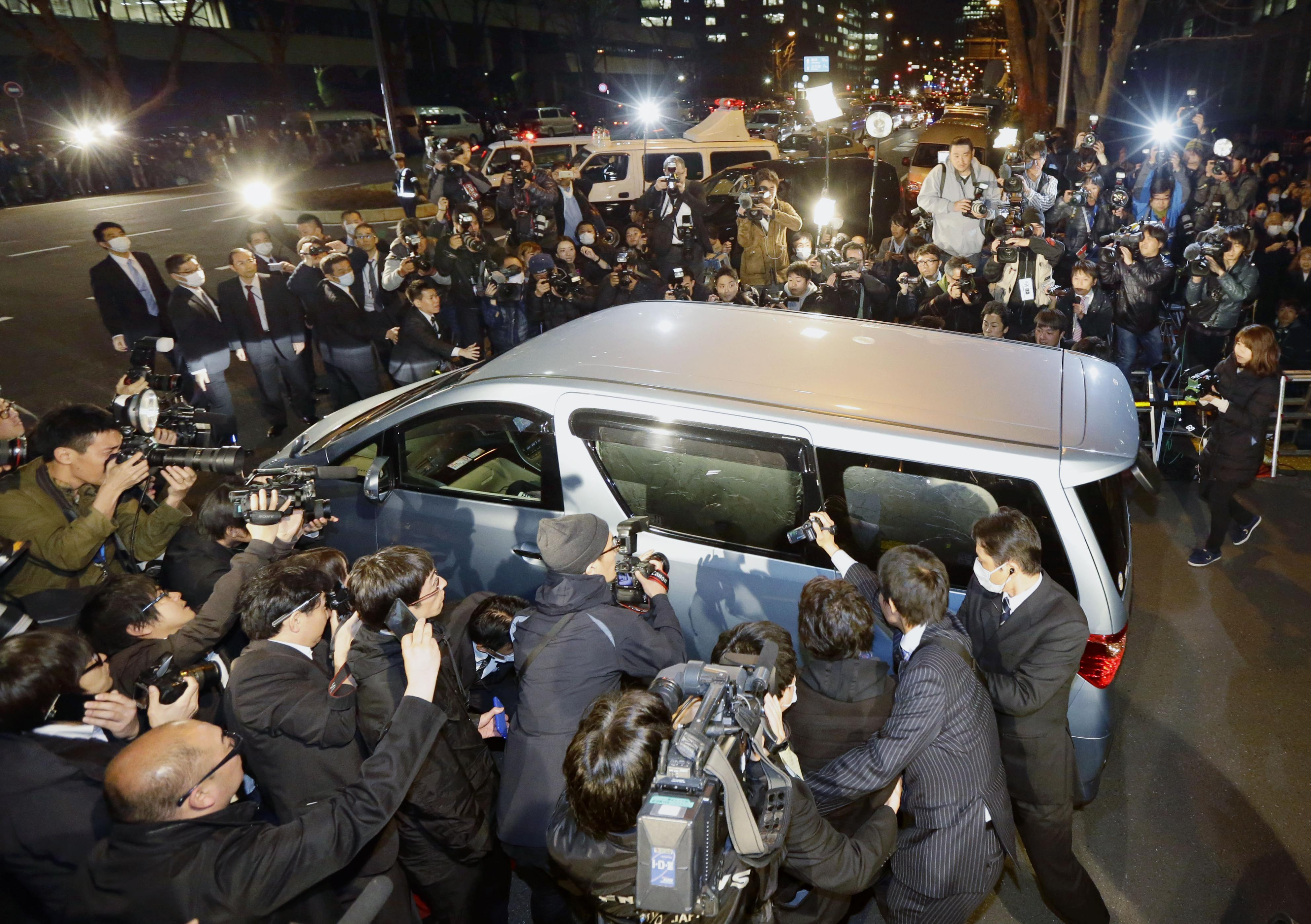 Media scrum: A vehicle carrying Kazuhiro Kiyohara, a former pro baseball player who was indicted for alleged drug possession and use, leaves the Metropolitan Police Department in Tokyo on March 17. | KYODO