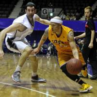 Guard Darin Maki, seen in action against the Oita HeatDevils during the 2010-11 season, played for the Tokyo Apache during five of the bj-league team's six seasons. | YOSHIAKI MIURA