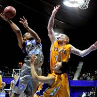 Former NBA center Robert Swift, seen playing defense for the Tokyo Apache against the Shimane Susanoo Magic on Jan. 8, 2011, says playing stellar defense is a nonstop focus for him   YOSHIAKI MIURA