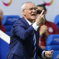 Leicester manager Ranieri breaks protocol to target Premier League title