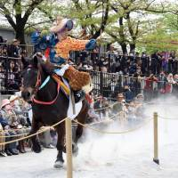 A mounted archer, with his horse running a full gallop, releases his arrow. The goal is to hit the target three consecutive times. | SATOKO KAWASAKI